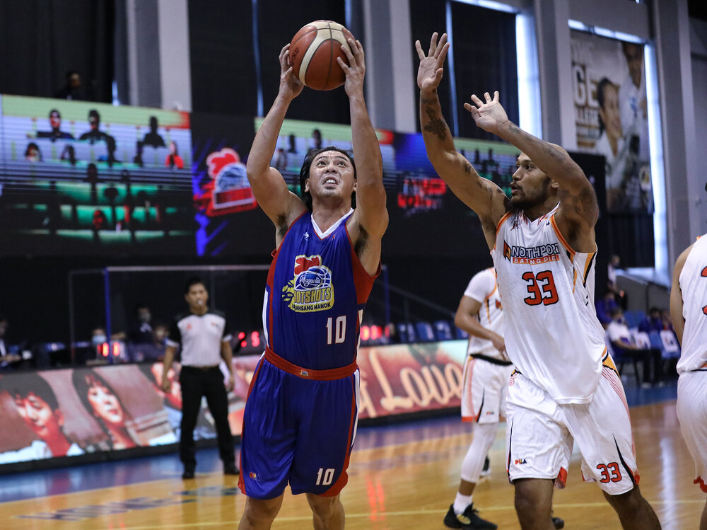 Magnolia's Ian Sangalang goes for a strong finish against Kelly Nabong of NorthPort. (Photo from PBA)