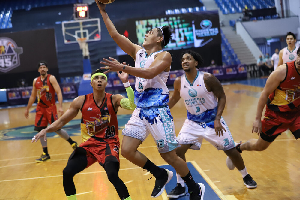 Phoenix's RJ Jazul makes a lay-up over Arwind Santos of San Miguel. (Photo from PBA)
