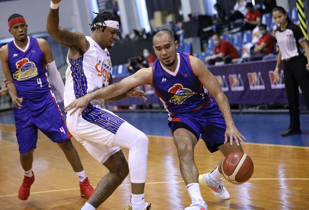 Magnolia's Paul Lee makes a move against Ray Parks of TNT. (Photo from PBA)