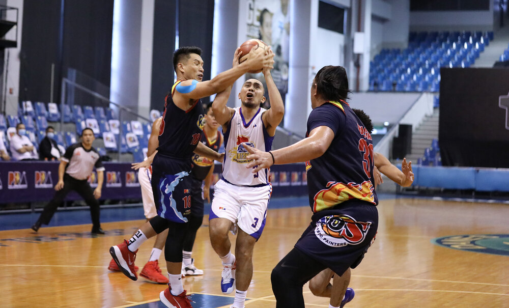 Magnolia's Paul Lee drives down the lane against James Yap of Rain or Shine. (Photo from PBA)