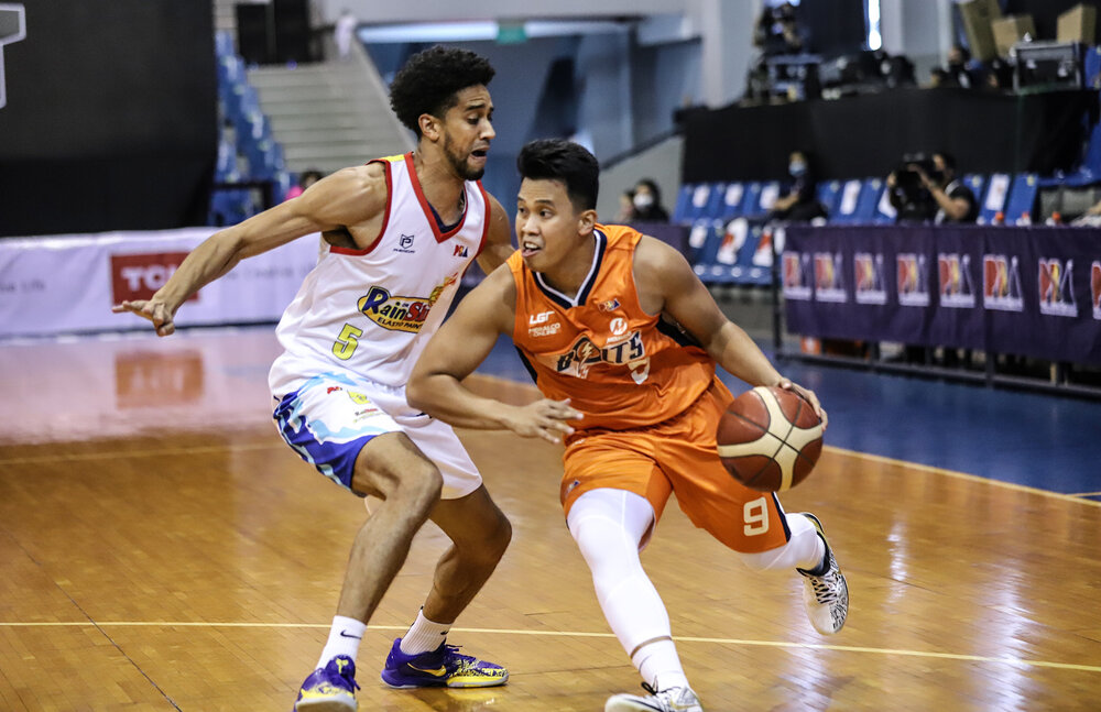 Meralco's Baser Amer drives past Gabe Norwood of Rain or Shine. (Photo from PBA)