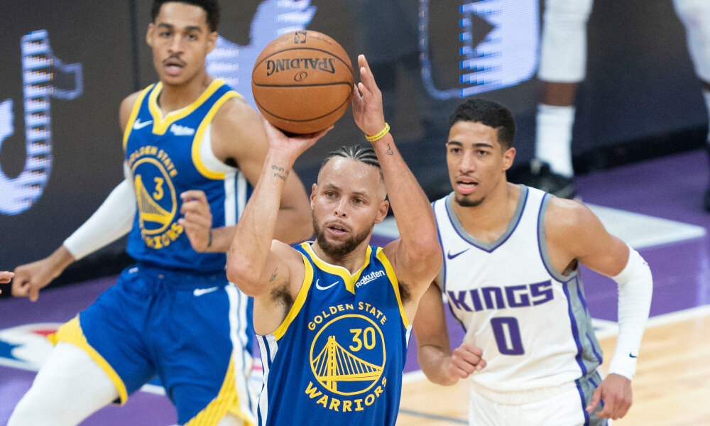 Stephen Curry drained six triples in the Warriors' preseason win over the Kings. (Photo by Kyle Terada/USA TODAY Sports)