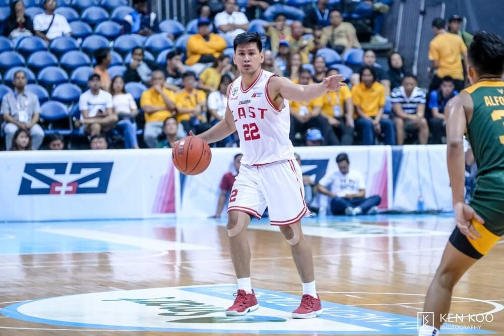 Jed is seen setting a play for the UE Red Warriors. (Photo by Ken Koo)